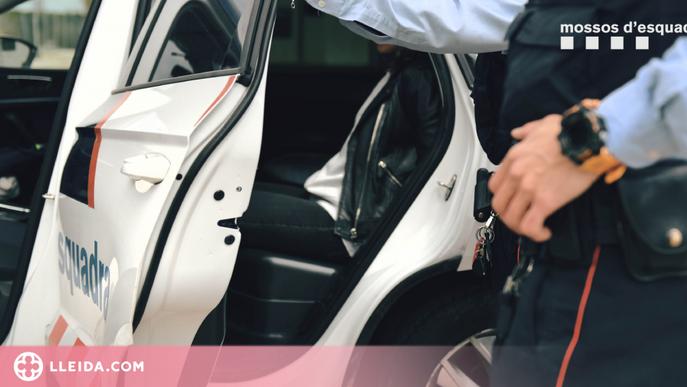 Detinguts per robar en vehicles i utilitzar les targetes sostretes per comprar en estancs