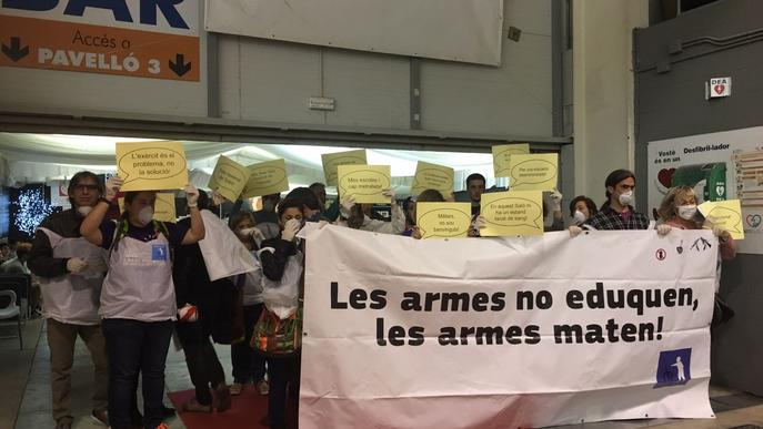 La fira de promoció de l'FP arranca amb una protesta contra la presència de l'Exèrcit