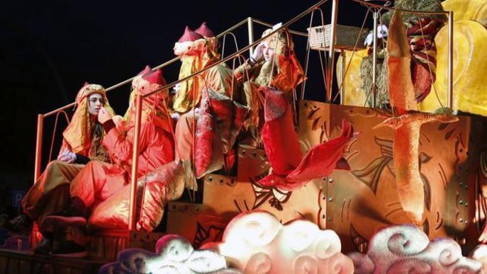 Dotze carrosses i tones de caramels per rebre els Reis Mags a Lleida