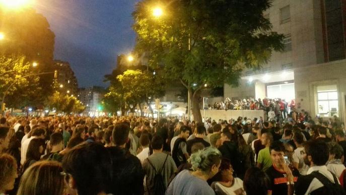#1O / Milers de persones a Ricard Viñes protesten per les càrregues policials del Referèndum