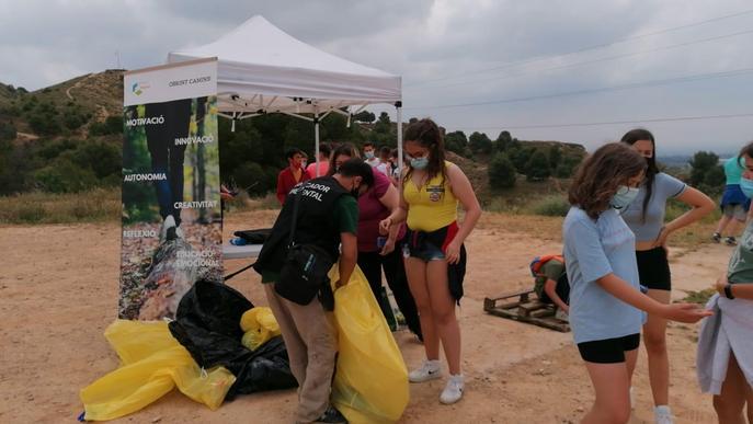 Alumnes de l'Institut d'Alpicat participen a les jornades Clean Up al Tossal de la Corona