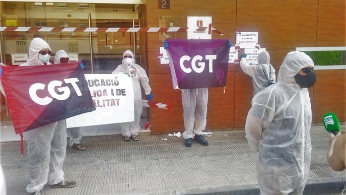 Precinten i tanquen l'edifici d'Eduació a Lleida contra la reobertura d'escoles