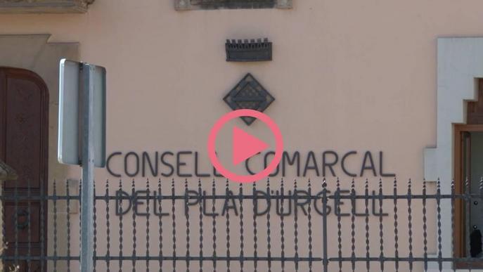 L'edifici del Consell Comarcal del Pla d'Urgell i alguns dels carrers de l'entorn amb persones passejant amb mascareta, a Mollerussa.