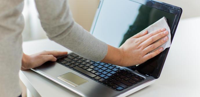 L'ordinador és un altre aparell important a desinfectar, sobretot durant aquests dies on s'exerceix el teletreball. Es calcula que en el teclat de l'ordinador s'hi poden acumular 400 vegades més bacteris que en el seient d'un vàter. El primer que hem de f