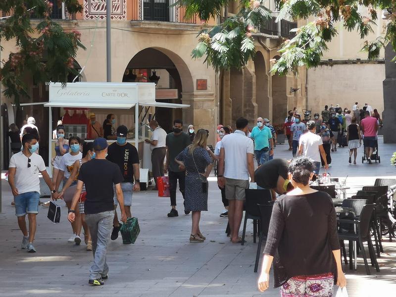 Gent caminant per l'Eix Comercial. Arxiu