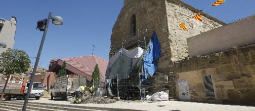 Retiren el niu de cigonyes de Sant Martí, que llueix la porta restaurada