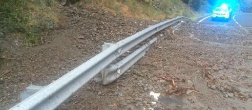 Una allau de terra talla un carril de la C-13 a Llavorsí