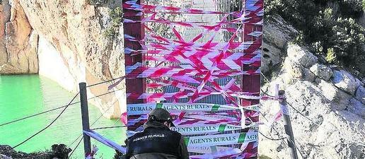 Forts precintes a Mont-rebei per evitar l'ús de la passarel·la