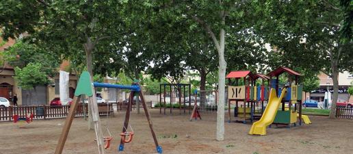Renoven el paviment amortidor de disset àrees de jocs infantils de sis parcs de Lleida
