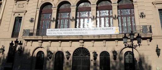 #EleccionsGenerals10N: L'Ajuntament de Lleida penja de nou a la façana la pancarta i el llaç groc de suport als presos independentistes