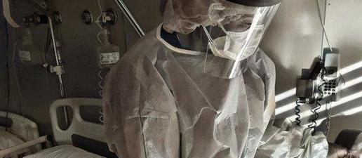 Imatge d'arxiu d'una professional de l'Hospital Universitari Santa Maria de Lleida, atenent una pacient amb la covid-19
