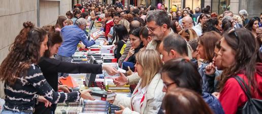 Ambient de festa a Lleida per celebrar la Diada de Sant Jordi