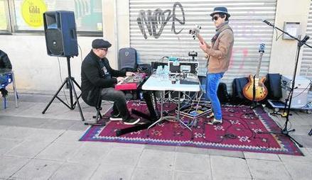 El pianista Xavier Monge, a l'esquerra de la imatge.