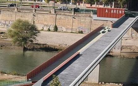 La Paeria inicia els treballs per retirar el nom d'A. Areny de la marquesina de la passarel·la dels Maristes