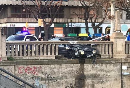 Un jove conductor encasta el seu vehicle a una barana del riu Segre a Lleida