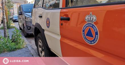 Un vehicle de Protecció Civil recorre Lleida recordant mesures contra la covid-19